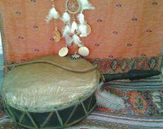 Mit der Trommel begibt der Schamane sich auf Seelenreise und findet Zugang zu heilenden Kräften